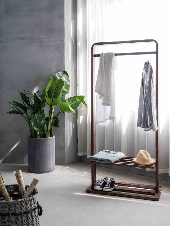 Wohnungsfoto von Kleiderstange und Wäschekorb mit Kleidung
