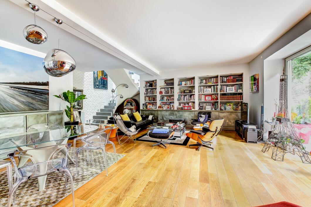 Wohnung mit Inneneinrichtung und viel Licht durch große Fenster