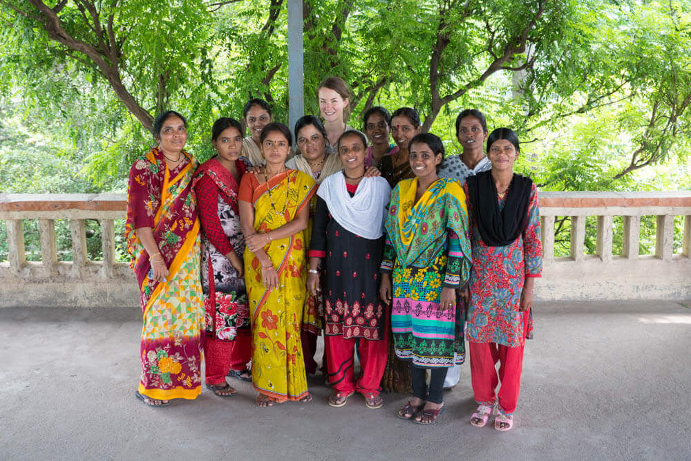 Die Gründerin von Jyoti Fair Works bei ihrem Team in Indien